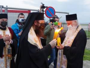 Lumina Sfântă de la Ierusalim a ajuns din nou în județul Suceava și va fi împărțită credincioșilor în Noaptea de Înviere