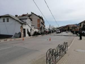 Autobasculanta a intrat pe contrasens, a acroșat un stâlp pe care l-a pus la pământ, a distrus un gard și s-a oprit în peretele unei case