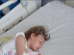 O fetiță în vârstă de 4 ani, din Boroaia, diagnosticată cu o tulburare neurologică rară, are nevoie de bani pentru tratament