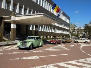 Detinatorii unor masini de epoca au ajuns la spital, in semn de omagiu adus personalului medical