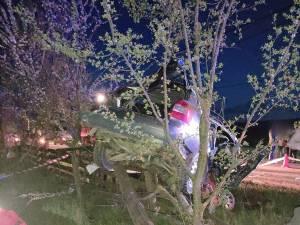 În urma impactului violent mașina a fost aruncată în șanț, iar într-un final s-a oprit într-un stâlp