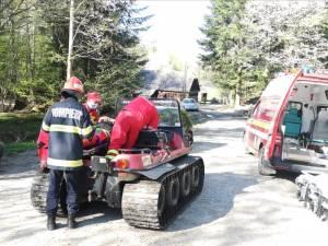 Bărbat rănit într-o zonă forestieră greu accesibilă, adus la ambulanță cu o autoșenilată