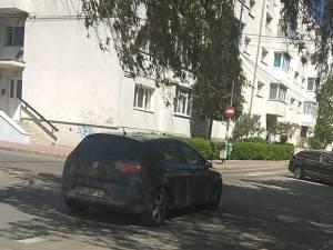 Maşina parcată în mijlocul străzii