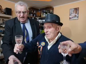 Veteranul Constantin Dencef a fost sărbătorit la împlinirea vârstei de 100 de ani