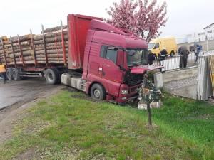Doi răniți, după ce un autoturism s-a ciocnit cu un camion cu lemne
