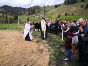 ÎPS Calinic a sfințit locul și a pus piatra de temelie pentru o nouă biserică în parohia Brodina de Sus Foto Arhiepiscopia Sucevei