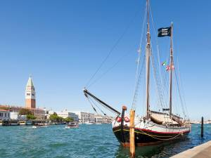 Expoziția este organizată în interiorul unei ambarcațiuni autentice venețiene