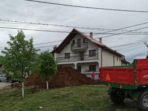 """Sediul APIA Cajvana, """"ornat"""" din nou cu gunoi de grajd"""