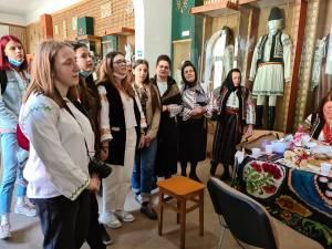 Tinerii din ATOS, de la Atelierul de Artă Populară - Cusături, la șezătoare, la Vatra Dornei