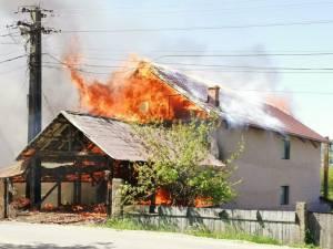 Patru case afectate de un incendiu puternic, favorizat de vânt