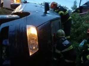 Două femei, găsite încarcerate într-o mașină care s-a răsturnat, la Milișăuți