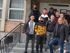 Prof. Bogdan Dumitriu și elevii săi inainte de donare