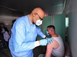 Dr. Raed Arafat, în campania de vaccinare. Foto everydaynews.ro