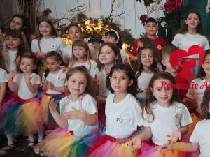 """""""Să iubim copilăria"""" - melodie interpretată de 35 de elevi ai clasei de canto muzică ușoară"""