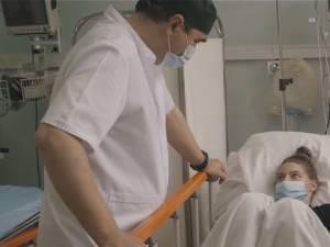 """Studenta operată și dr. Lucian Eva. Sursa foto: Pagina de FB a Spitalului Clinic de Urgență """"Prof. Dr. N. Oblu"""" Iași"""