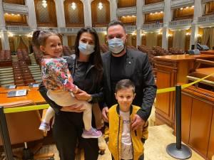 Vlad Popescu le-a făcut cadou copiilor şi nepoţilor săi o vizită la Palatul Parlamentului