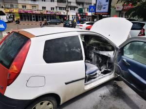 """În Suceava, în zona """"Mobilă"""", în cartierul George Enescu, un autoturism a luat foc la compartimentul motor"""
