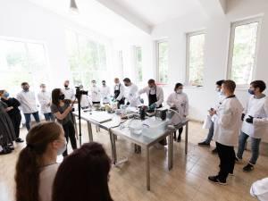Modul de preparare al bucătarului francez, studiat îndeaproape de studenţii suceveni. Foto Ema Motrescu