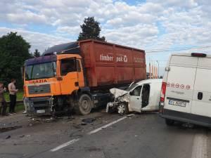 Un accident grav, în care au fost implicate trei autoutilitare și un camion, s-a produs vineri, în jurul orei 18.30, pe DN 17, la intrarea în Gura Humorului dinspre Păltinoasa