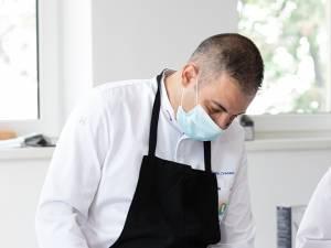 Chef David Contant gătește în prezența studenților de la Știinte Gastronomice. Foto Ema Motrescu