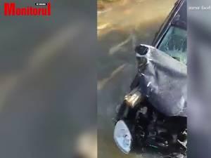 Un tânăr s-a răsturnat cu mașina în apă, iar o bârnă a intrat prin parbriz