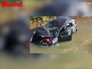 Răsturnat cu mașina în apă