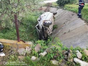Tânăr găsit mort lângă o mașină implicată într-un accident violent