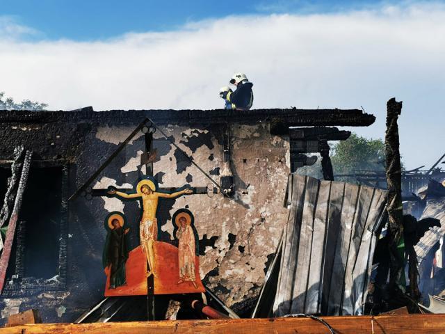 Troița cu Mântuitorul din gospodăria distrusă de flăcări și mai multe icoane din locuință nu au fost distruse de foc