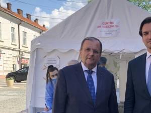 Secretarul de stat la Ministerul Sănătății Andrei Baciu şi președintele Consiliului Județean Suceava, Gheorghe Flutur