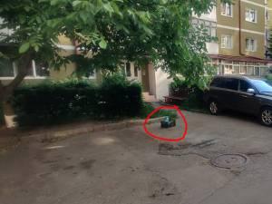 """Poliția Locală Suceava a demarat o serie de acțiuni de descurajare a cetățenilor care își """"rezervă"""" locul de parcare din fața blocului"""