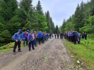 Cei peste 100 de mineri care au declanșat acțiunea de protest și care marți s-au adunat în curtea minei de la Botușana