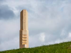 Vârful Rarău, semnalizat cu o bornă – replică în miniatură