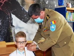 Medalii de învingători și materiale didactice oferite de elevi militari la Școala Gimnazială Vatra Moldoviței