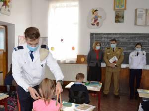 Elevi militari în vizită la Școala Gimnazială Vatra Moldoviței