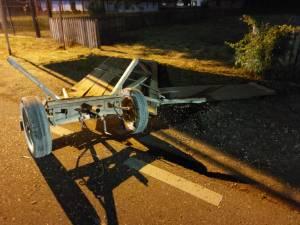 Căruță spulberată de o mașină, în toiul nopții.  Un tânăr a fost rănit grav