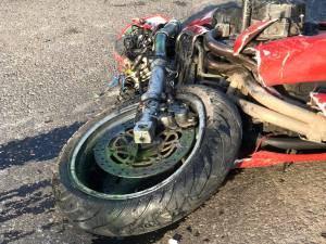 Motociclist rănit după o ciocnire violentă cu o mașină