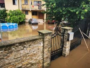 Curţi, beciuri şi subsoluri inundate, după ploile de vineri după-amiază