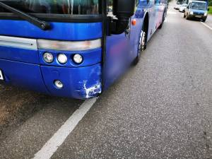 Accident între un autocar de transport persoane și un autoturism, la Dărmănești