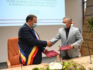 Președintii Consiliului Județean Suceava și Consiliului Raional Cernăuţi au semnat un acord de parteneriat