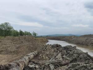Și Apele Române au amendat firma care exploata ilegal balast din râul Siret
