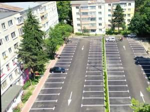 """Parcare cu 100 de locuri iluminată cu led și spațiu verde pe mijloc, amenajată în zona """"La Bazin"""" din Areni"""