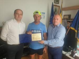 Prefectul Iulian Cimpoeșu l-a premiat pe polițistul în rezerva Dănuţ Cernat