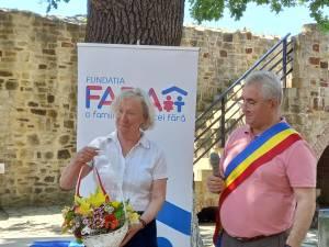 """Primarul Sucevei, Ion Lungu, la înmânarea titlul de """"Cetățean de onoare"""" președintei FARA România, Jane Nicholson"""