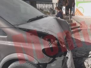 Mașina urmăritorului s-a oprit într-un zid