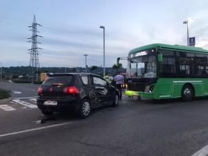 Tamponare pe drumul către Iuliua Mall, între un autobuz electric al TPL și mașina unui tânăr cu carnet luat de câteva luni 2