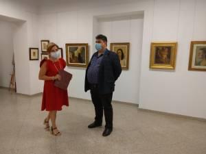 Curatorul expoziției, dr. Iulia Mesea, reprezentantul Muzeului Național Brukenthal, și directorul general al Muzeului Național al Bucovinei, dr. Constantin Emil Ursu