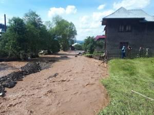 Oamenii s-au trezit cu râuri care le trec pe la poartă sau chiar prin curte și casă