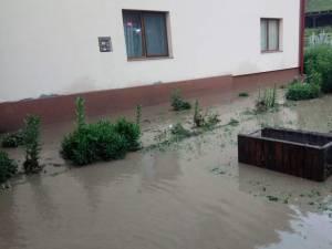 Oamenii s-au trezit cu râuri învolburate, negre de mizerii, care le trec pe la poartă sau chiar prin curte și casă