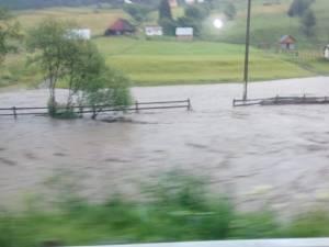 Oamenii s-au trezit cu râuri învolburate, negre de mizerii, care le trec pe la poartă sau chiar prin curte și casă 2