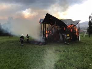 Incendiul de la fânarul aflat în câmp  nu a pus in pericol alte bunuri